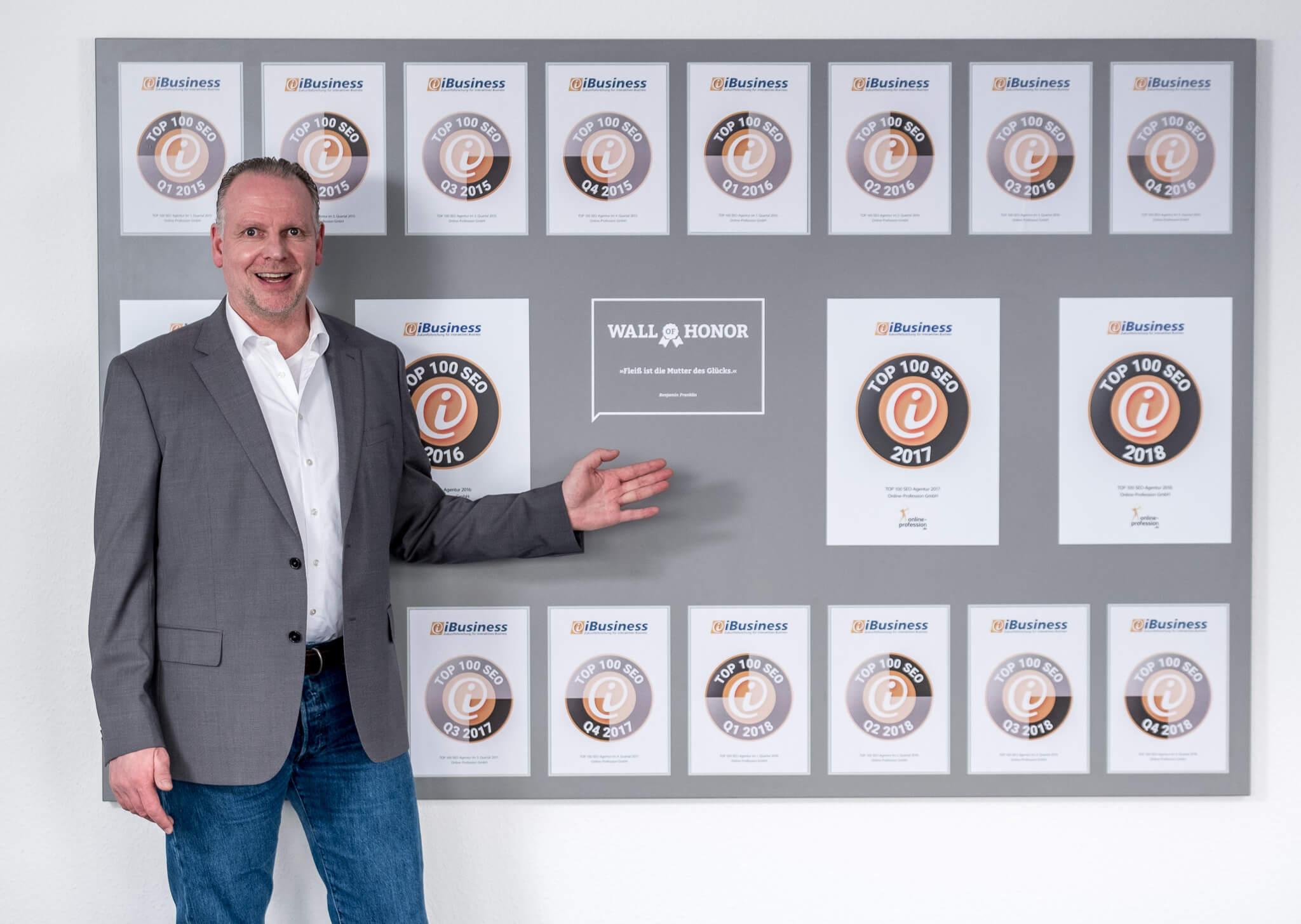 Martin Witte zeigt die Top 100 SEO Auszeichnungen der Online-Profession GmbH