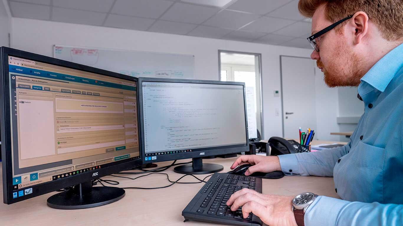 Webentwickler der Online Profession beim Programmieren