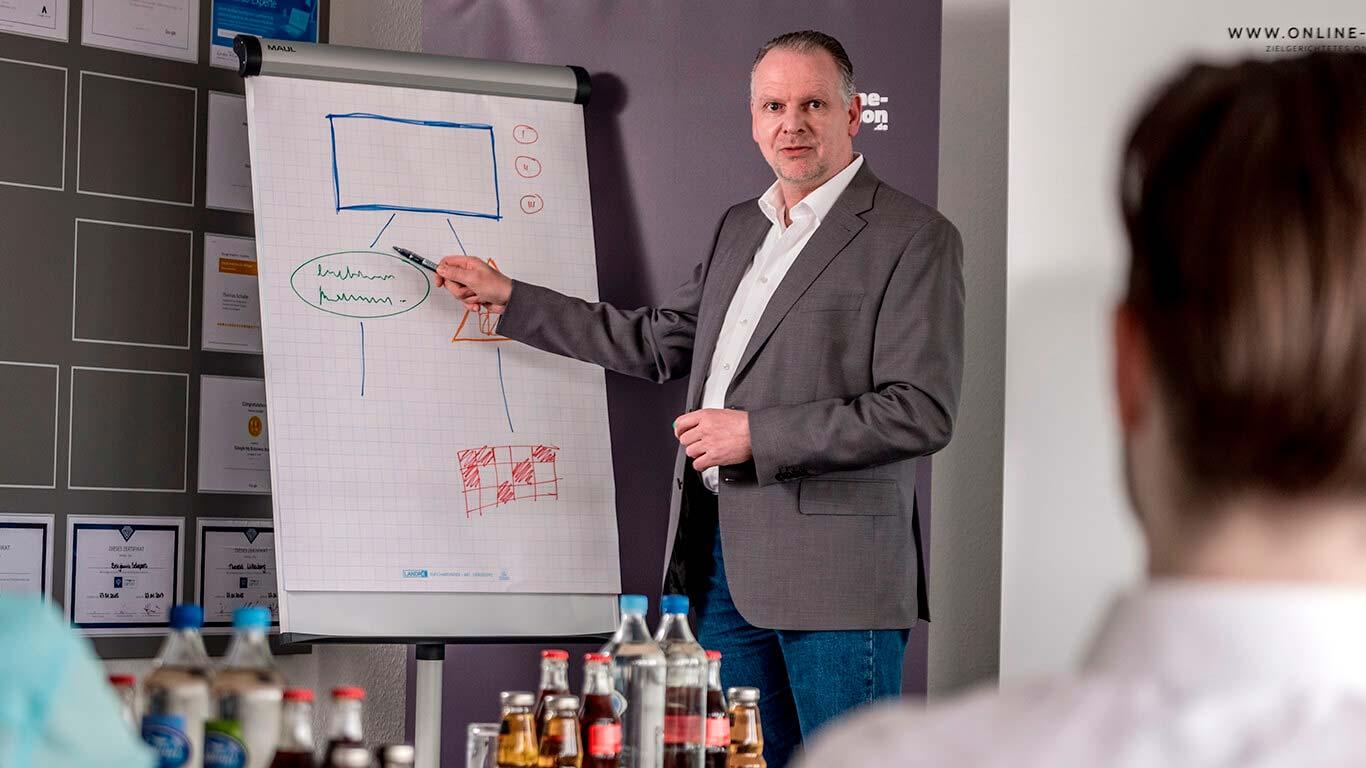 Martin Witte erläutert einer Seminarteilnehmerin Aspekte des SEO